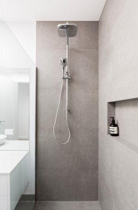 badkamer-renovatie-mechelen-inloopdouche-regendouche-wit-badkamermeubel