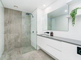 badkamerrenovatie-antwerpen-strak-wit-met-inloopdouche